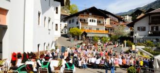 Unterhaltung auf dem Dorfplatz von Schenna, Bauernmarkt April 2011